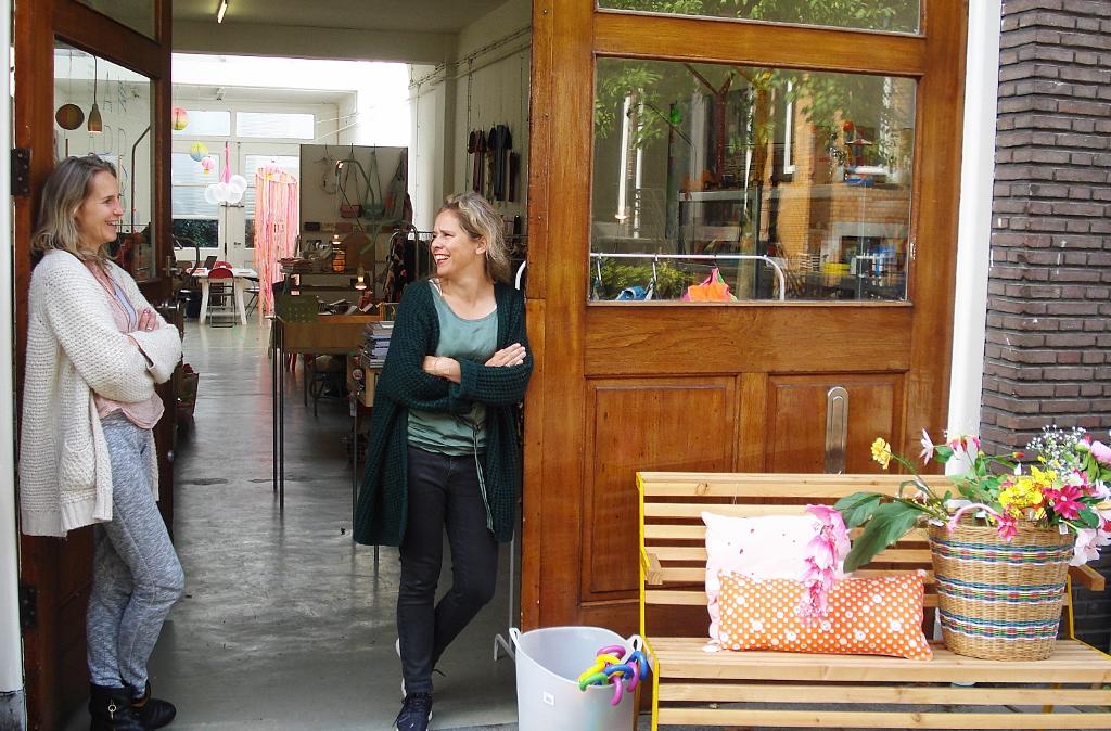 De beide ondernemers in de deuropening van hun conceptstore Foto: Eric Westzaan