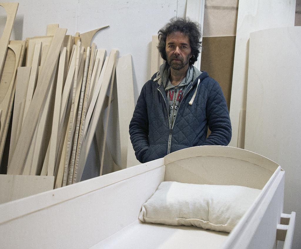 Grafkistenmaker Radboud Spruit in zijn werkplaats.Foto:Eric Westzaan