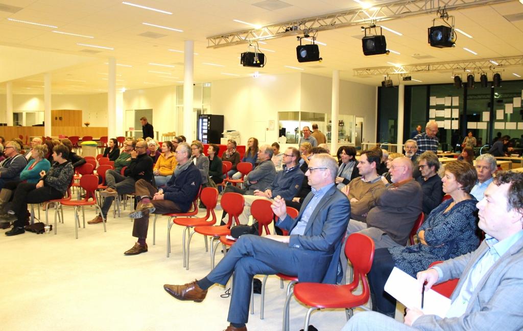 Wethouder Everhardt midden in de aula van het Gerrit Rietveld College.Foto: Annet van den Akker